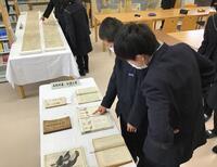 本校に蔵書されていた明治時代の教科書を見る様子