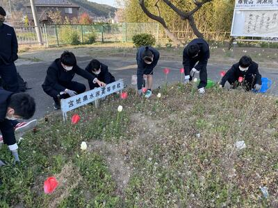 花壇を整備する生徒たち